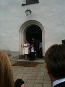 Nygifta paret kommer ut från kyrkan